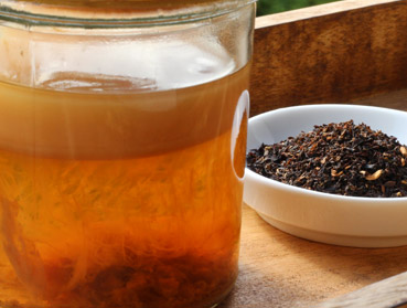 English Breakfast und Kombucha. Welcher Tee ist der Richtige zur Herstellung von Kombucha? Diese Frage beantworten wir Ihnen hier - erfahren Sie welche Teesorte sich am besten für Ihren Kombuchapilz (Teepilz, Tibi) eignet, wie einfach die Herstellung ist sowie wie die Wirkung des Tee auf Kombucha ist. Egal ob Schwarzer Tee, Grüner Tee, Mate-Tee, Gelber Tee, Darjeeling, Weißer Tee oder Pu-Erh-Tee - wir liefern Ihnen alle Informationen, die Sie im Umgang der Teesorten und Kombucha brauchen.