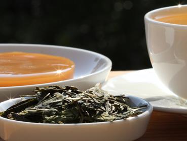 Lung Ching Tee und Kombucha. Welcher Tee ist der Richtige zur Herstellung von Kombucha? Diese Frage beantworten wir Ihnen hier - erfahren Sie welche Teesorte sich am besten für Ihren Kombuchapilz (Teepilz, Tibi) eignet, wie einfach die Herstellung ist sowie wie die Wirkung des Tee auf Kombucha ist. Egal ob Schwarzer Tee, Grüner Tee, Mate-Tee, Gelber Tee, Darjeeling, Weißer Tee oder Pu-Erh-Tee - wir liefern Ihnen alle Informationen, die Sie im Umgang der Teesorten und Kombucha brauchen.