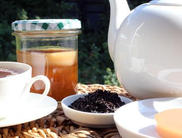 China Tarry Lapsang Suchong Tee und Kombucha. Welcher Tee ist der Richtige zur Herstellung von Kombucha? Diese Frage beantworten wir Ihnen hier - erfahren Sie welche Teesorte sich am besten für Ihren Kombuchapilz (Teepilz, Tibi) eignet, wie einfach die Herstellung ist sowie wie die Wirkung des Tee auf Kombucha ist. Egal ob Schwarzer Tee, Grüner Tee, Mate-Tee, Gelber Tee, Darjeeling, Weißer Tee oder Pu-Erh-Tee - wir liefern Ihnen alle Informationen, die Sie im Umgang der Teesorten und Kombucha brauchen.