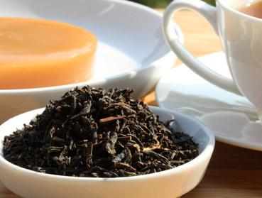China Yunnan FOP und Kombucha. Welcher Tee ist der Richtige zur Herstellung von Kombucha? Diese Frage beantworten wir Ihnen hier - erfahren Sie welche Teesorte sich am besten für Ihren Kombuchapilz (Teepilz, Tibi) eignet, wie einfach die Herstellung ist sowie wie die Wirkung des Tee auf Kombucha ist. Egal ob Schwarzer Tee, Grüner Tee, Mate-Tee, Gelber Tee, Darjeeling, Weißer Tee oder Pu-Erh-Tee - wir liefern Ihnen alle Informationen, die Sie im Umgang der Teesorten und Kombucha brauchen.